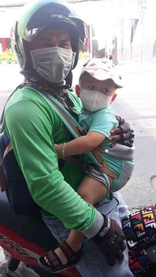Ông bố ôm con đi chạy xe ôm, lý do phía sau được tiết lộ khiến nhiều người xúc động-2