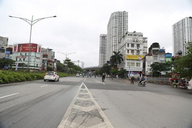 Tròn 1 tuần thực hiện giãn cách xã hội, đường phố Hà Nội bất ngờ đông đúc trở lại: Lạc quan thái quá thành chủ quan?-1
