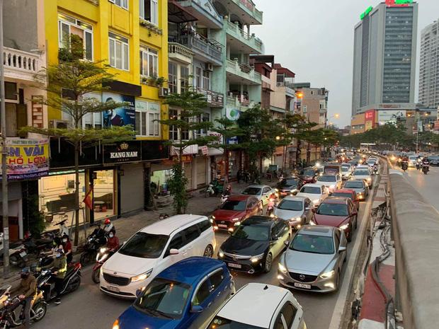 Tròn 1 tuần thực hiện giãn cách xã hội, đường phố Hà Nội bất ngờ đông đúc trở lại: Lạc quan thái quá thành chủ quan?-2