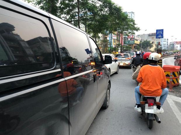 Tròn 1 tuần thực hiện giãn cách xã hội, đường phố Hà Nội bất ngờ đông đúc trở lại: Lạc quan thái quá thành chủ quan?-3