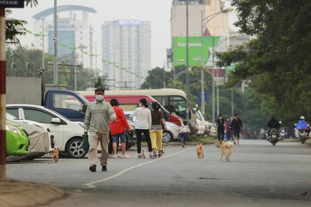 Tròn 1 tuần thực hiện giãn cách xã hội, đường phố Hà Nội bất ngờ đông đúc trở lại: Lạc quan thái quá thành chủ quan?-4