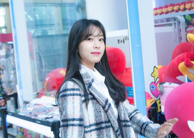 Vợ kém 17 tuổi của So Ji Sub thích mặc váy bó sát khoe dáng thon gọn-10