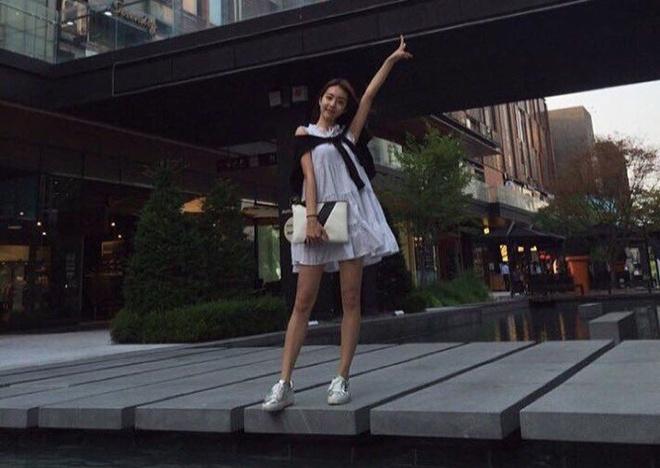 Vợ kém 17 tuổi của So Ji Sub thích mặc váy bó sát khoe dáng thon gọn-11