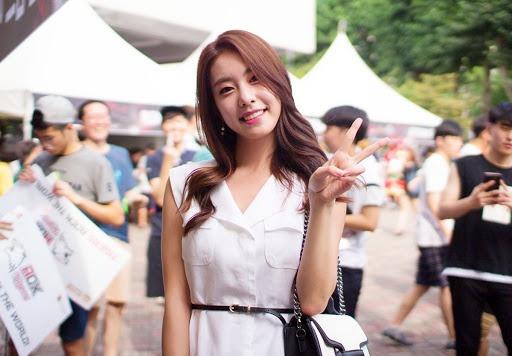 Vợ kém 17 tuổi của So Ji Sub thích mặc váy bó sát khoe dáng thon gọn-2
