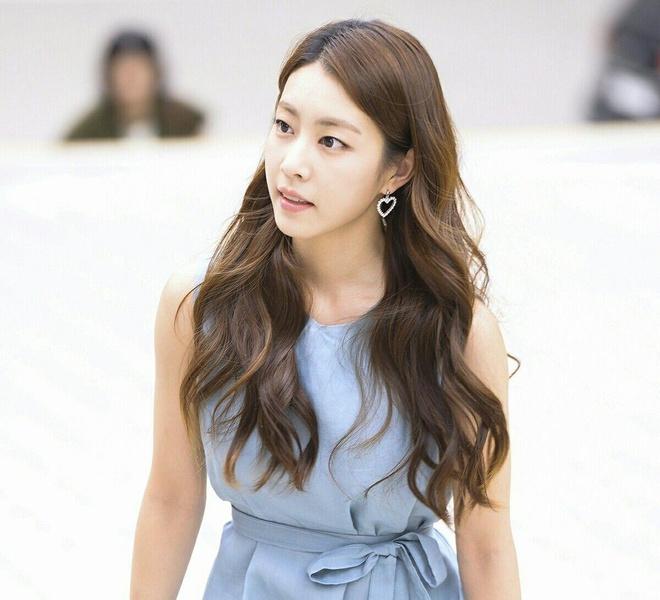 Vợ kém 17 tuổi của So Ji Sub thích mặc váy bó sát khoe dáng thon gọn-3