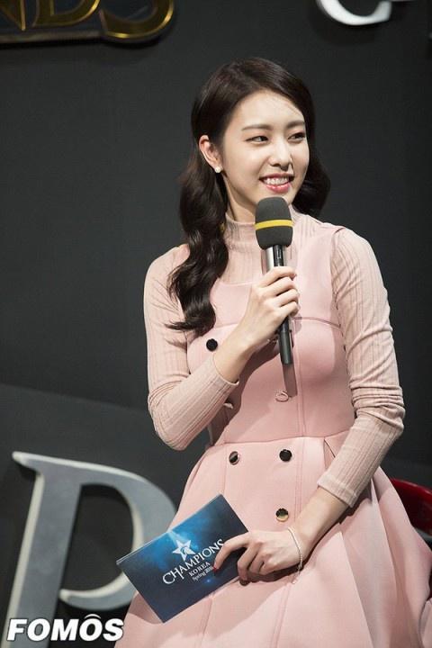Vợ kém 17 tuổi của So Ji Sub thích mặc váy bó sát khoe dáng thon gọn-4