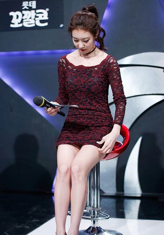 Vợ kém 17 tuổi của So Ji Sub thích mặc váy bó sát khoe dáng thon gọn-7
