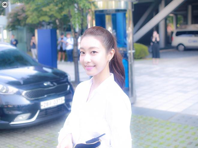 Vợ kém 17 tuổi của So Ji Sub thích mặc váy bó sát khoe dáng thon gọn-8