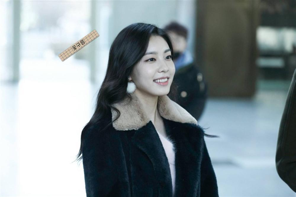 Vợ kém 17 tuổi của So Ji Sub thích mặc váy bó sát khoe dáng thon gọn-9