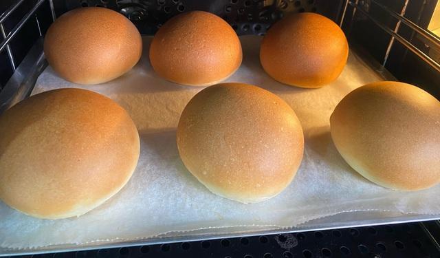 """Ở nhà dài ngày, chị em vét"""" sạch bột mì ngoài chợ làm bánh mì bơ tỏi bán đắt hàng-5"""