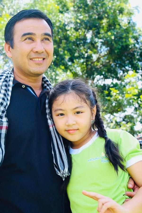 MC Quyền Linh bị dìm chiều cao khi đứng cạnh con gái, bảo sao Lọ Lem ngày càng hot như vậy-1