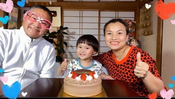 Quỳnh Trần JP đăng ảnh gia đình chúc mừng sinh nhật ông xã, thứ anh đeo trên mặt khiến không ai nhịn được cười-1