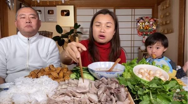 Quỳnh Trần JP đăng ảnh gia đình chúc mừng sinh nhật ông xã, thứ anh đeo trên mặt khiến không ai nhịn được cười-2