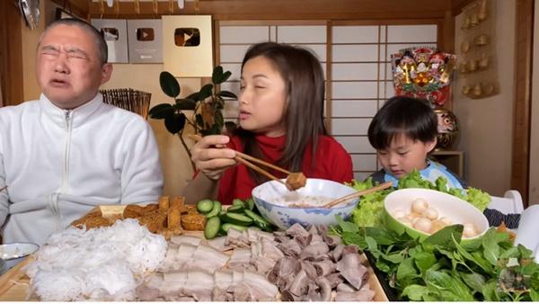 Quỳnh Trần JP đăng ảnh gia đình chúc mừng sinh nhật ông xã, thứ anh đeo trên mặt khiến không ai nhịn được cười-3