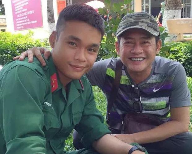 Nghệ sĩ Tấn Beo tiễn con trai tham gia tuyến đầu chống Covid-19: Con trai ơi, hoàn thành nghĩa vụ về ba dẫn đi ăn-2