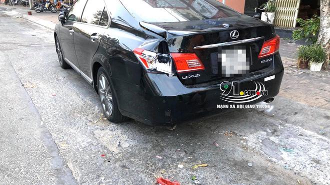 CLIP: Đâm vỡ đèn xe Lexus, người đàn ông tái mặt xuống xem nhưng hành xử sau đó mới bất ngờ-1