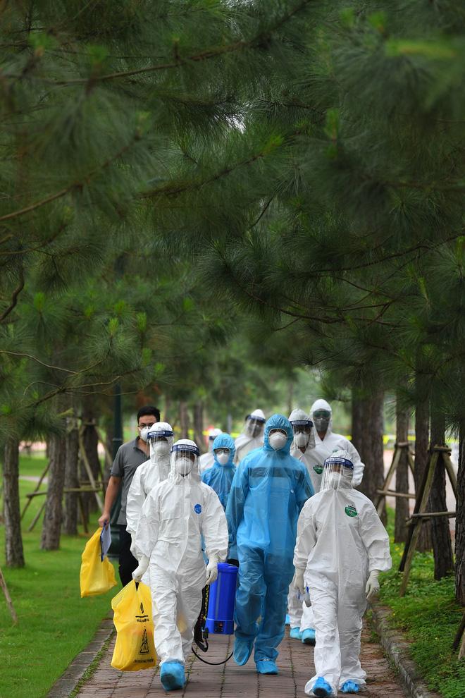 Thợ săn Covid và cuộc sống đằng sau của những lá chắn sống ngăn SARS-CoV-2 ở Hà Nội-1