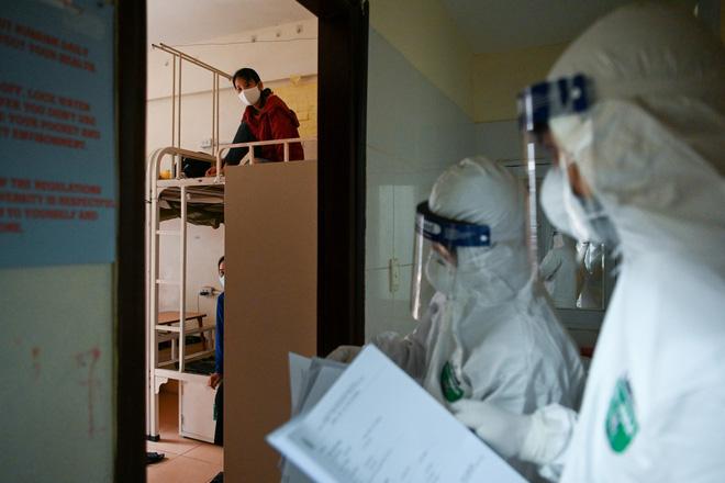 Thợ săn Covid và cuộc sống đằng sau của những lá chắn sống ngăn SARS-CoV-2 ở Hà Nội-9