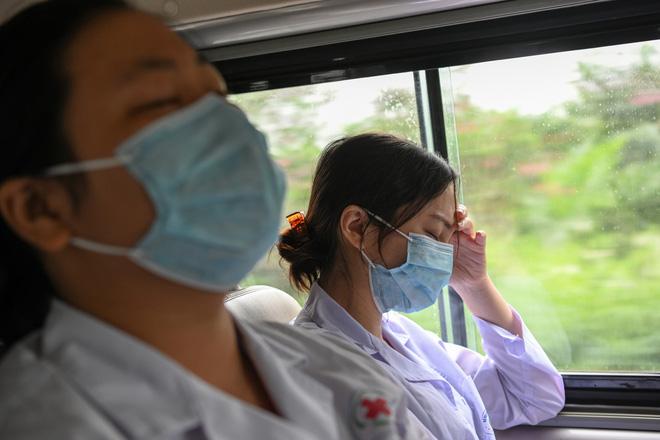 Thợ săn Covid và cuộc sống đằng sau của những lá chắn sống ngăn SARS-CoV-2 ở Hà Nội-25