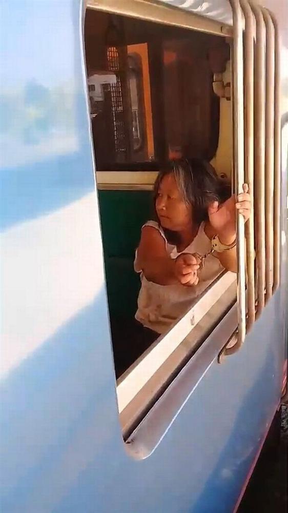 Quyết không đeo khẩu trang còn nhổ nước bọt tung tóe khắp nơi, người phụ nữ nghi nhiễm Covid-19 khiến hành khách bỏ chạy tán loạn, cả chuyến tàu bị gián đoạn-1