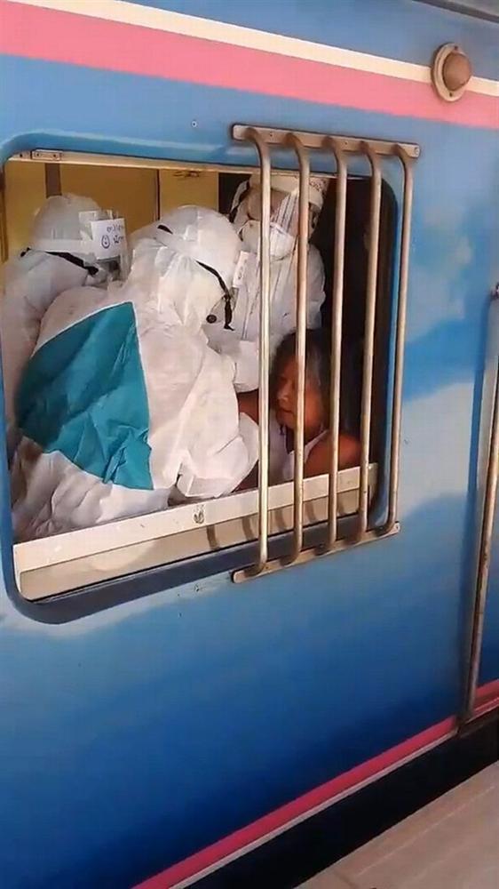 Quyết không đeo khẩu trang còn nhổ nước bọt tung tóe khắp nơi, người phụ nữ nghi nhiễm Covid-19 khiến hành khách bỏ chạy tán loạn, cả chuyến tàu bị gián đoạn-2