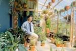 Nghỉ ở nhà dài ngày, chàng trai Sài Gòn biến ban công 4m² nhàm chán thành 'khu vườn' xanh mướt đủ loại cây