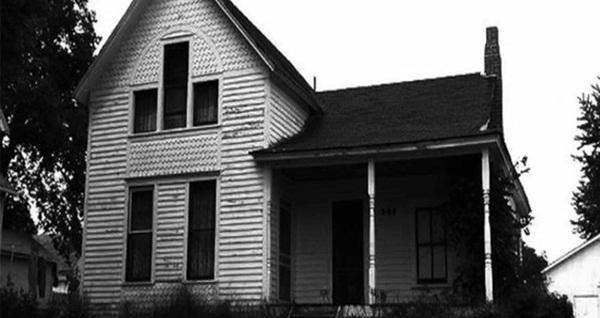 Ngôi nhà im lìm suốt buổi sáng khiến hàng xóm lo lắng trước khi phát hiện ra cái chết của 8 người bên trong và hiện trường kì lạ-1