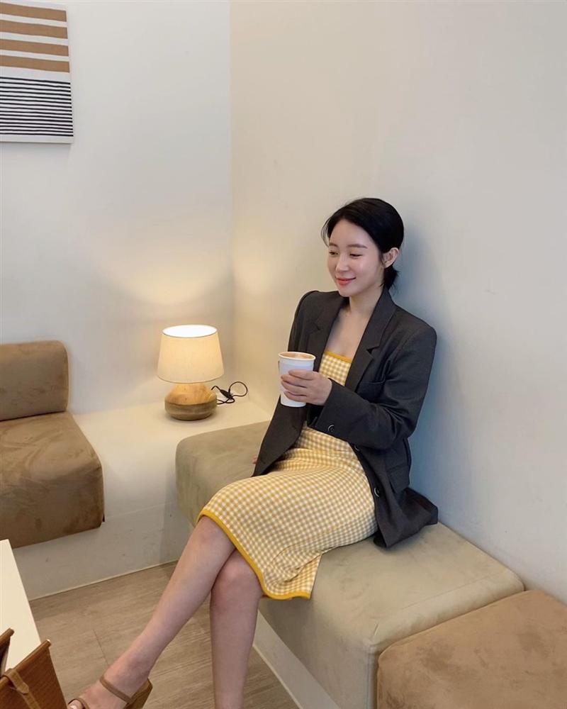 Cùng một kiểu váy hack tuổi: Song Hye Kyo thì được khen, Mỹ Tâm lại bị chê hơi sến-4