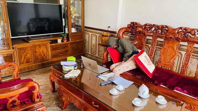 Em gái học online nhường hết việc nhà cho anh trai nhưng nhìn hành động của cô, ai cũng ngao ngán-2
