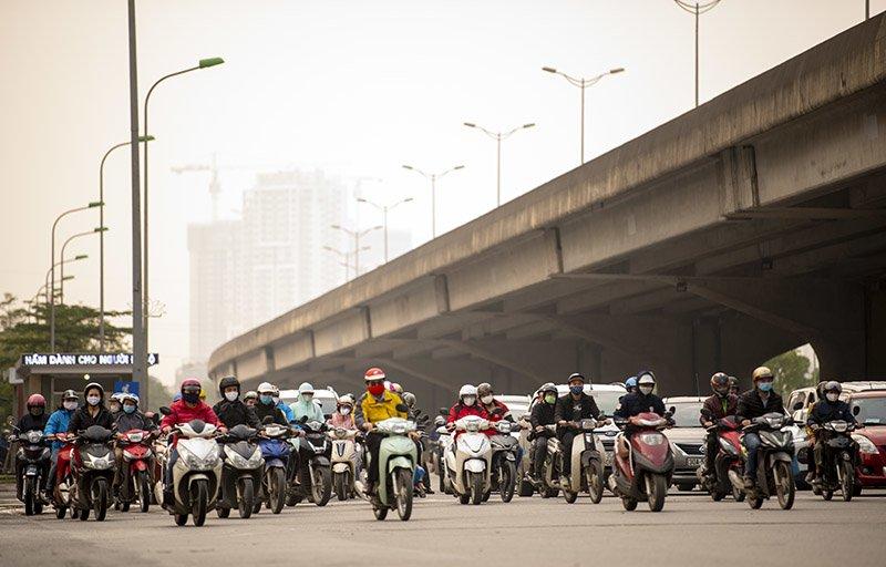 Đường phố Hà Nội nhộn nhịp trở lại trong thời gian cách ly xã hội-3