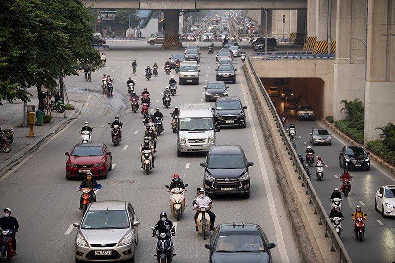 Đường phố Hà Nội nhộn nhịp trở lại trong thời gian cách ly xã hội-10