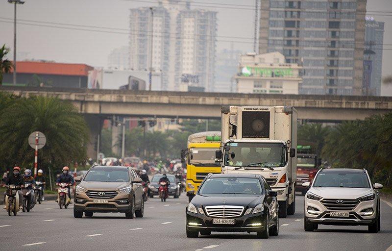 Đường phố Hà Nội nhộn nhịp trở lại trong thời gian cách ly xã hội-16
