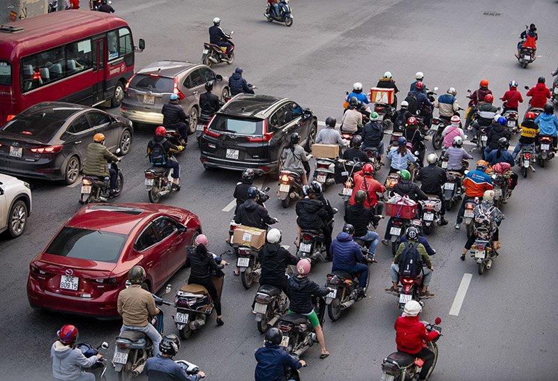 Đường phố Hà Nội nhộn nhịp trở lại trong thời gian cách ly xã hội-17
