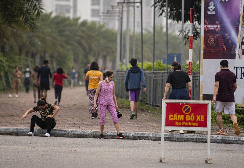 Đường phố Hà Nội nhộn nhịp trở lại trong thời gian cách ly xã hội-18