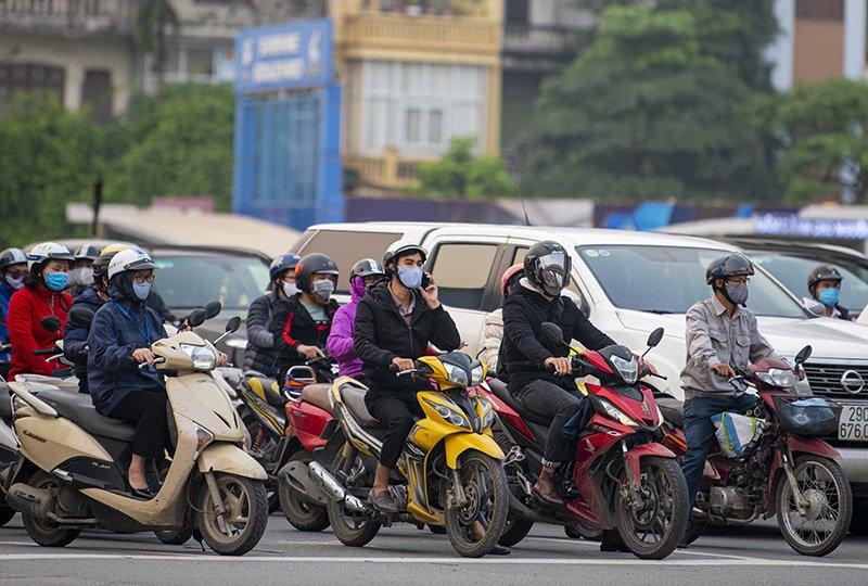 Đường phố Hà Nội nhộn nhịp trở lại trong thời gian cách ly xã hội-19
