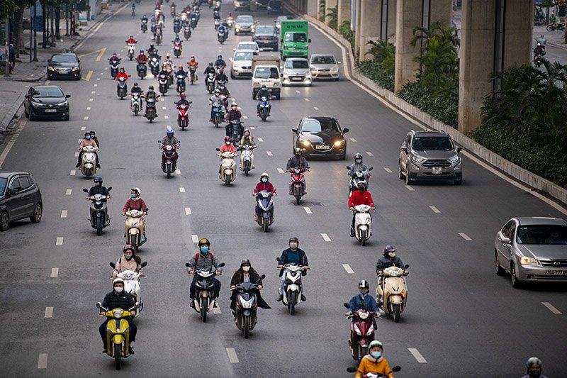 Đường phố Hà Nội nhộn nhịp trở lại trong thời gian cách ly xã hội-20