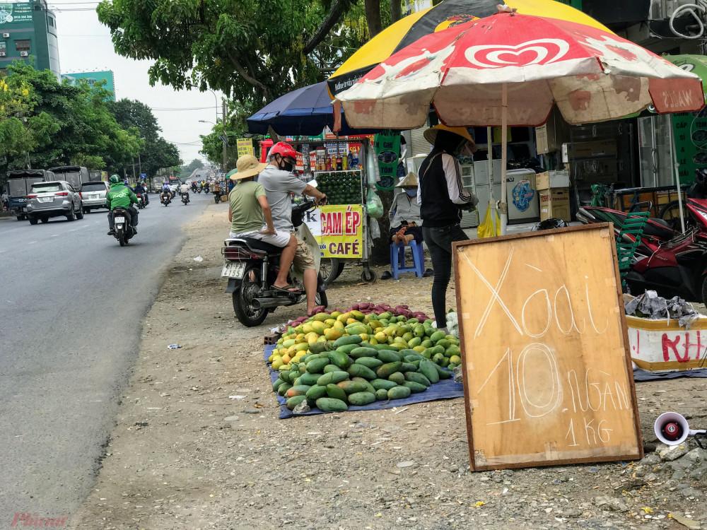 Xoài đổ đống bán đầy đường phố, giá chỉ 10.000 đồng/kg-9