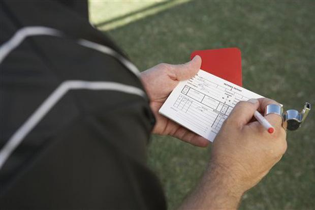 Trọng tài bỏ mạng vì rút thẻ đỏ đuổi cầu thủ khỏi sân: Câu chuyện kinh hoàng không chỉ xảy ra lần 1, lần 2-1