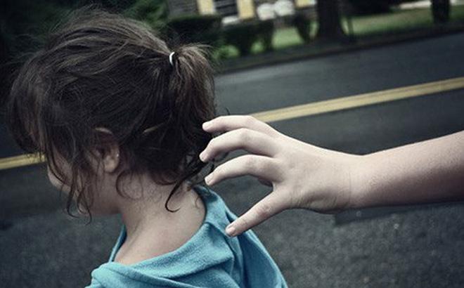Kẻ lạ mặt nói Bố cháu bận nên chú đến đón hộ, cô bé 6 tuổi nhanh trí hỏi lại 1 câu khiến tên bắt cóc bị vạch trần-1