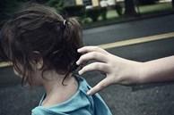 Kẻ lạ mặt nói 'Bố cháu bận nên chú đến đón hộ', cô bé 6 tuổi nhanh trí hỏi lại 1 câu khiến tên bắt cóc bị vạch trần