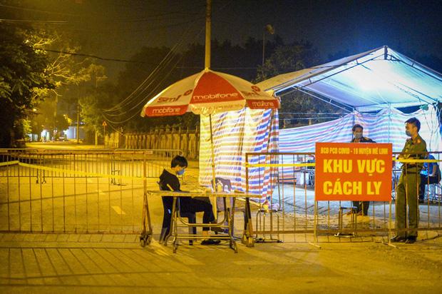 Cận cảnh hơn 300 nhân viên y tế lấy mẫu xét nghiệm SARS-CoV-2 cho người dân thôn Hạ Lôi trong đêm-1