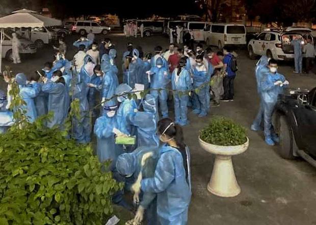 Cận cảnh hơn 300 nhân viên y tế lấy mẫu xét nghiệm SARS-CoV-2 cho người dân thôn Hạ Lôi trong đêm-6