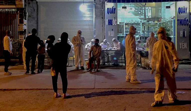 Cận cảnh hơn 300 nhân viên y tế lấy mẫu xét nghiệm SARS-CoV-2 cho người dân thôn Hạ Lôi trong đêm-7