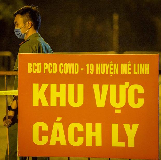 Cận cảnh hơn 300 nhân viên y tế lấy mẫu xét nghiệm SARS-CoV-2 cho người dân thôn Hạ Lôi trong đêm-9