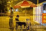 Cận cảnh hơn 300 nhân viên y tế lấy mẫu xét nghiệm SARS-CoV-2 cho người dân thôn Hạ Lôi trong đêm