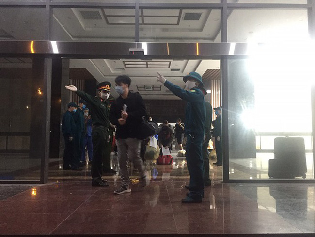 158 nhân viên y tế của Bệnh viện Bạch Mai được về nhà sau 3 lần có kết quả âm tính với Covid-19-1