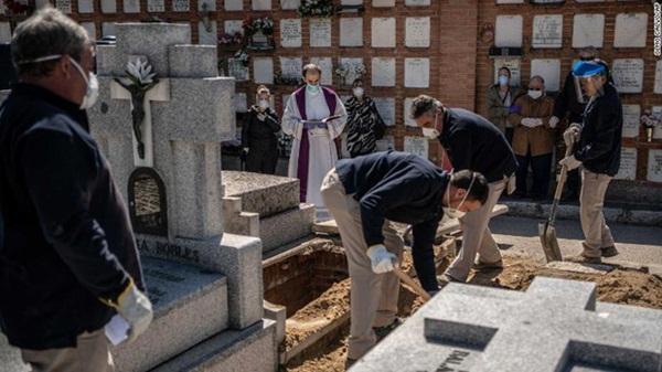 Nơi tâm dịch Covid-19 của Tây Ban Nha: Mỗi tang quyến có 5 phút để tiễn biệt người thân, nghĩa tử chưa bao giờ vội vàng và đau đớn đến thế!-2