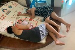 Con gái chụp ảnh bố mẹ nằm đất với đứa cháu sơ sinh, câu chuyện đằng sau mới xúc động