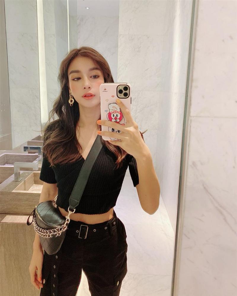 Nhan sắc và style của nữ diễn viên bóc phốt Huyền Baby: Dù cùng tuổi mà đẹp thần sầu, lấn át cả hot mom Việt-11