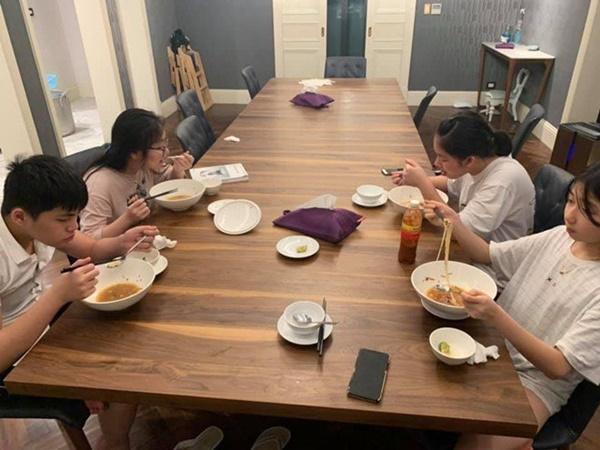Kín tiếng bao năm, Hoa hậu Nguyễn Thị Huyền giờ chăm khoe tài nấu ăn cho cả đàn con-3